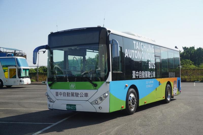 今7月起台中市將在水湳經貿園區中科路及大鵬路進行5.8公里進行自動巴士實車測試,停靠四站民眾可以免費試乘。(圖/台中市政府提供)