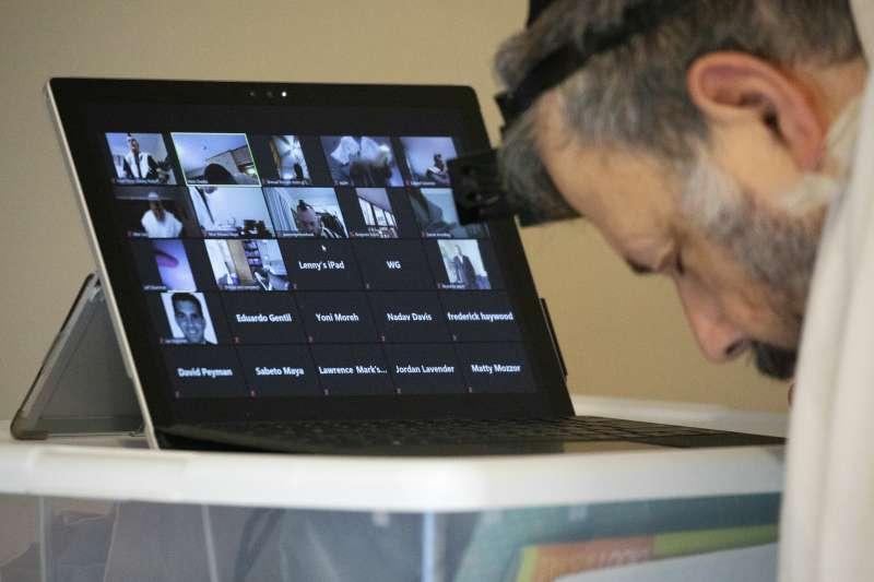 受惠遠距辦公的周邊需求旺盛,雲端科技應用需求量高速攀升,圖為用戶使用Zoom進行視訊會議。(資料照,美聯社)