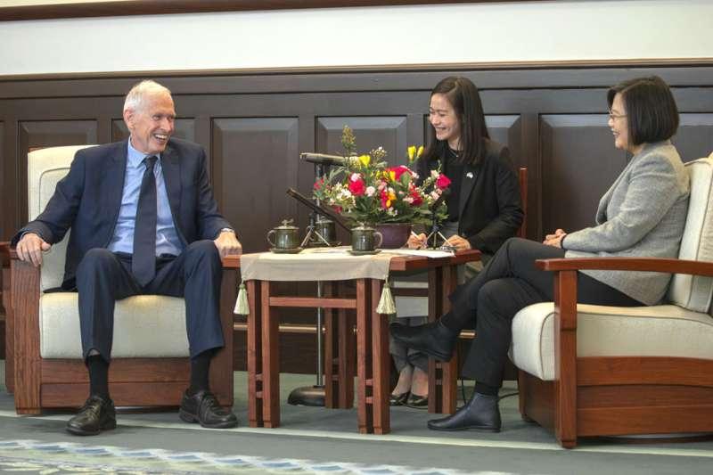 莫健(左)3月初來台拜會總統蔡英文(右),傳出負有向我方推銷飛彈的任務。(總統府提供)