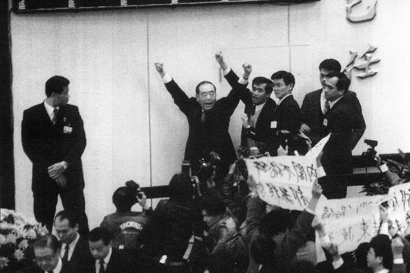 1993年1月國民大會,郝柏村(左二)面對逼退,高喊「中華民國萬歲,消滅台獨」。(林瑞慶攝)