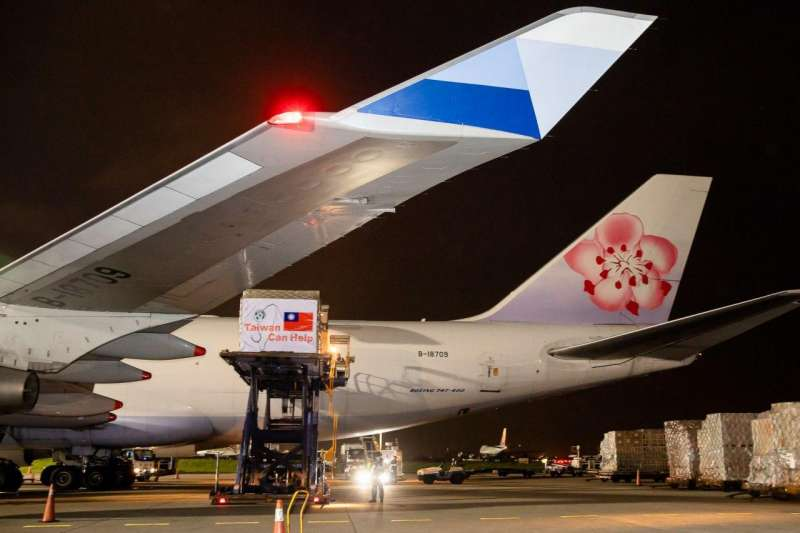 防疫外交:我國首波捐贈防疫物資陸續運出,圖為提供給歐洲國家的物資4月9日清晨送上華航班機運送(外交部提供)