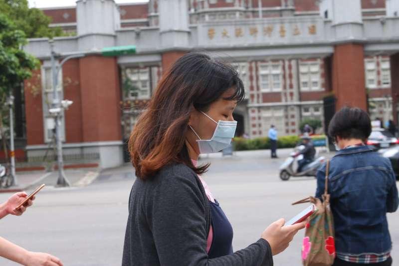 20200409-民眾佩戴口罩行經師大校門口前。(顏麟宇攝)