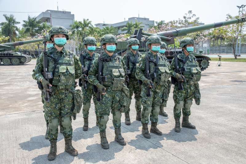 20200409-總統蔡英文表示,台南的陸軍43砲指部有1組全女性官兵組成的砲班表現優異,真是「巾幗不讓鬚眉」。(取自總統府Flickr)