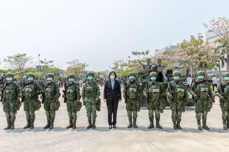 總統蔡英文(中)9日前往台南的陸軍43砲指部視導,所屬砲兵營也以M110A2自走砲操演展現戮力整備戰訓的成果。(取自總統府Flickr)