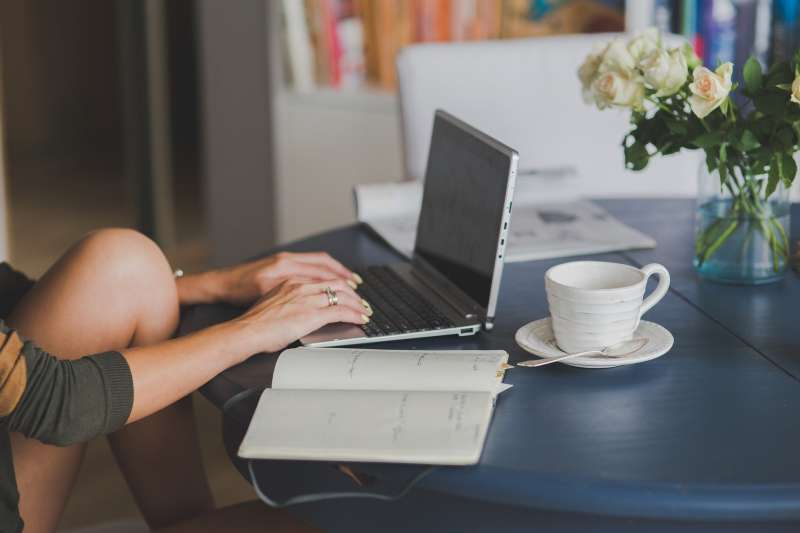 防疫期間,許多人開始在家上班,而這反而是重塑自己的最佳時刻。(示意圖/取自pixabay)