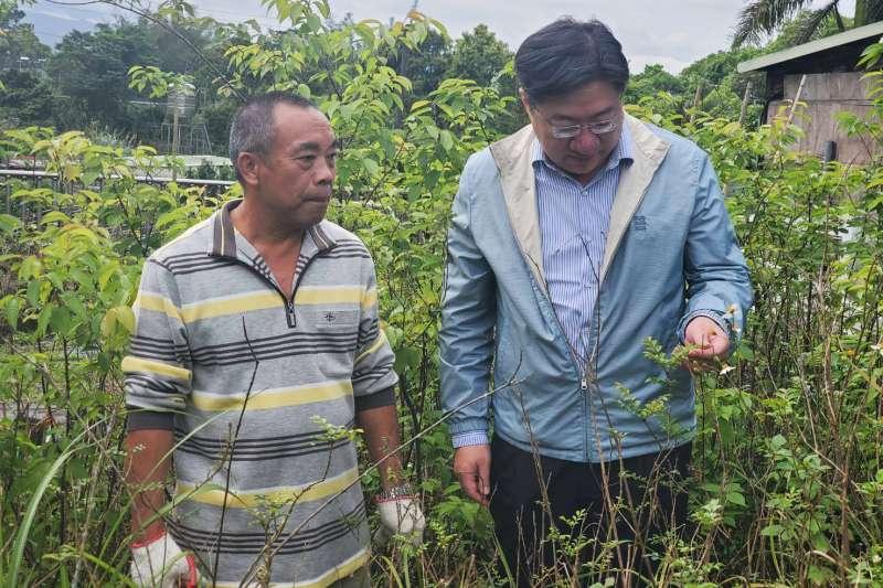 昌益事業群總經理朱彥龍(右)了解華光苗圃情況後,立即認購近萬株台灣原生種樹苗。(圖/昌益事業群提供)