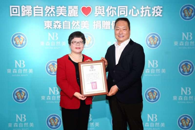 王令麟(右)贈送保養品給前線辛勞的醫護人員,中華民國護理師護士公會全國聯合會高靖秋(左)理事長致贈感謝狀。 (東森自然美提供)