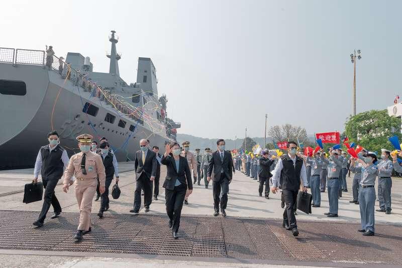 海軍敦睦艦隊3月訪問帛琉,返台後傳出船上3人確診,當時艦隊歸國總統蔡英文曾前往碼頭親自接船。(資料照,取自總統府Flickr)