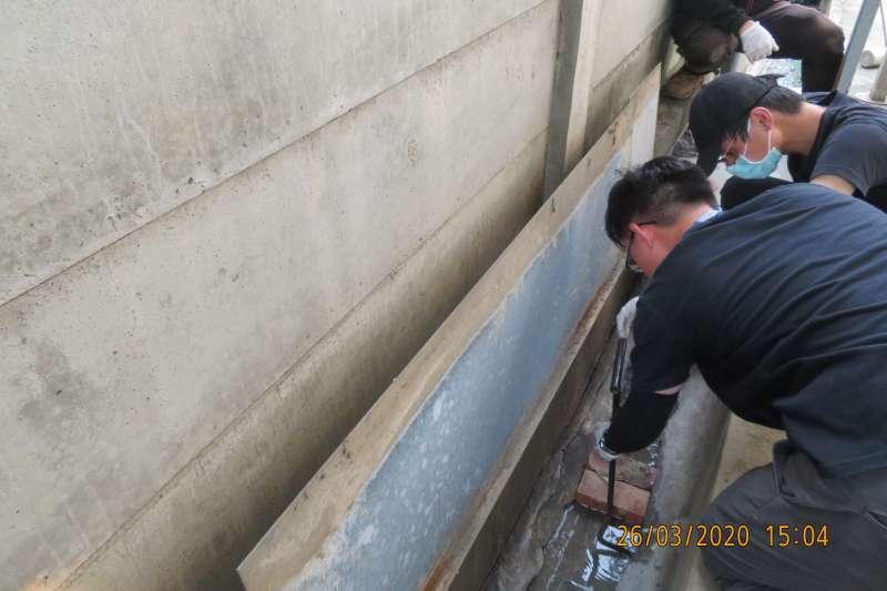 環保局人員現場清查繞流廢水來源。(圖/記者王秀禾提供)