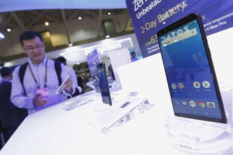 疫情衝擊全球高階智慧型手機需求,股王大立光近期股價也連番下跌。(郭晉瑋攝)