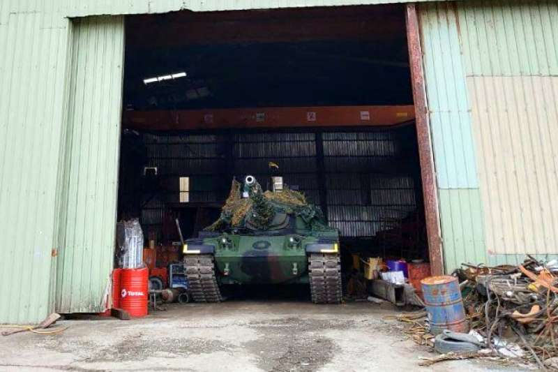 20200409-陸軍機步269旅在戰力防護階段,將所屬的CM-11戰車(圖)、雲豹八輪甲車藏匿在民間鐵皮工廠內,有效達到隱蔽之效。(資料照,取自軍聞社)