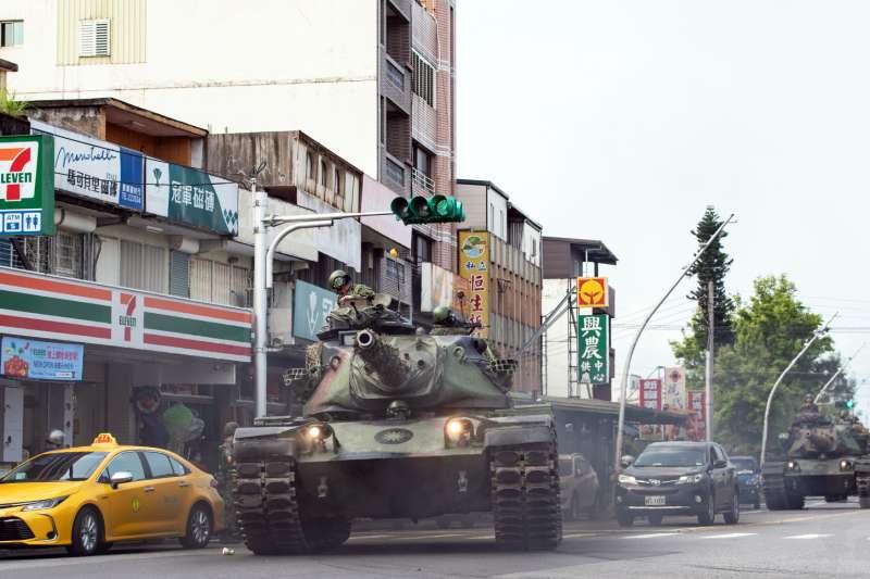 20200409-陸軍蘭指部戰力防護演練,出動4輛M60A3戰車機動至戰術位置實施掩蔽,由於經過宜蘭員山街道,戰車龐大車身在路上引起關注。(資料照,取自軍聞社)