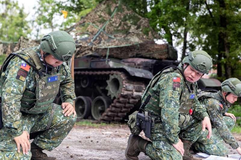 20200409-陸軍蘭指部戰車營幹部(中)腰間配戴的手槍型號為T75K3,這一兩年內開始逐步煥發,取代老舊的45手槍。(資料照,取自軍聞社)