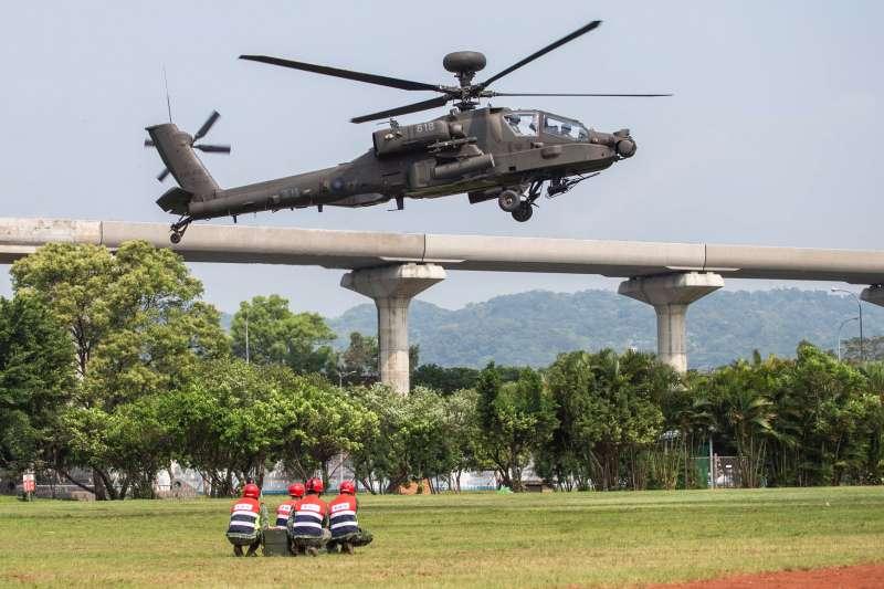 20200409-陸軍航特部在戰備月中,派遣AH-64E「阿帕契」攻擊直升機(圖)、OH-58D「奇歐瓦」戰搜直升機至台北大學三峽校區執行熱掛彈演練,展現飛官膽大心細及地勤人員縝密掛彈的一面。(資料照,取自陸軍司令部臉書)