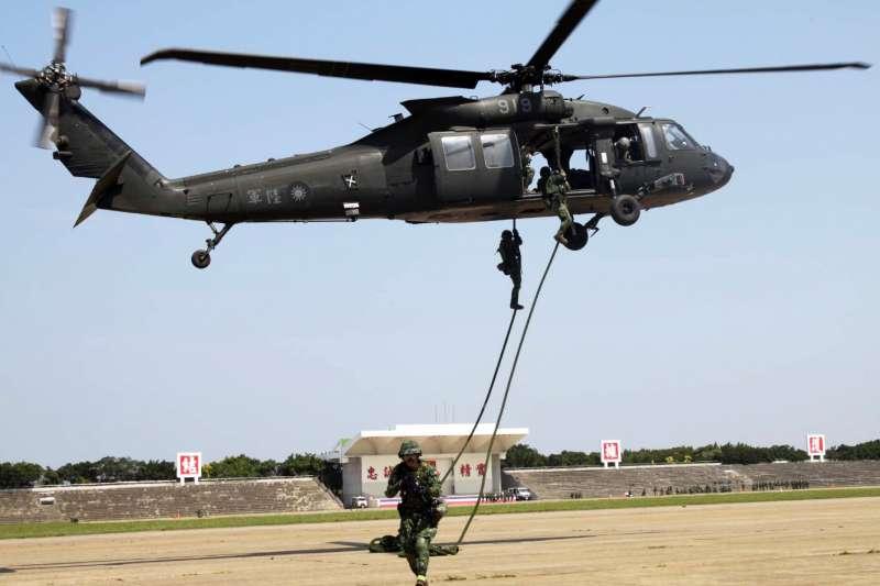 20200409-陸軍特指部特2營在戰備月期間,執行短期行軍訓練,以5天時間走完73公里路程,過程中結合協力守備區域內重要軍事設施任務,輔以執行射擊、直升機快速繩降(圖)訓練,有效提升特戰部隊戰力。(資料照,取自陸軍司令部臉書)