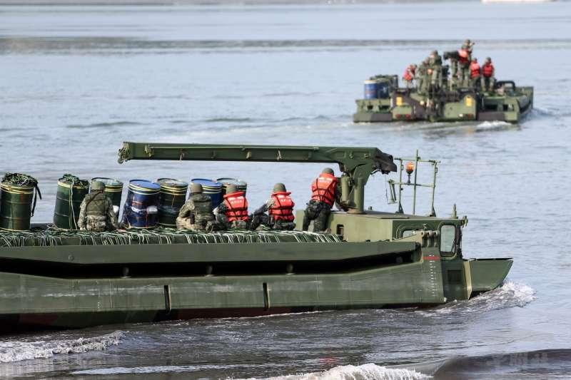 陸軍五三工兵群官兵搭乘M3浮門橋車在淡水河面設置爆導索,準備遲滯進犯敵軍之攻勢。(資料照,取自軍聞社)