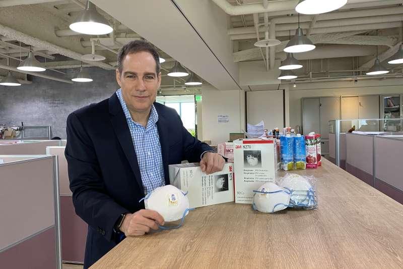 53歲的食品代理商總經理葉伯任(Brett Aaron)在台灣經營事業多年,他年初憂台灣疫情,從美國帶來100多個P95口罩,台灣後來用不到,他想寄回口罩奇缺的美國,卻受限規定無法寄回。(葉伯任提供)