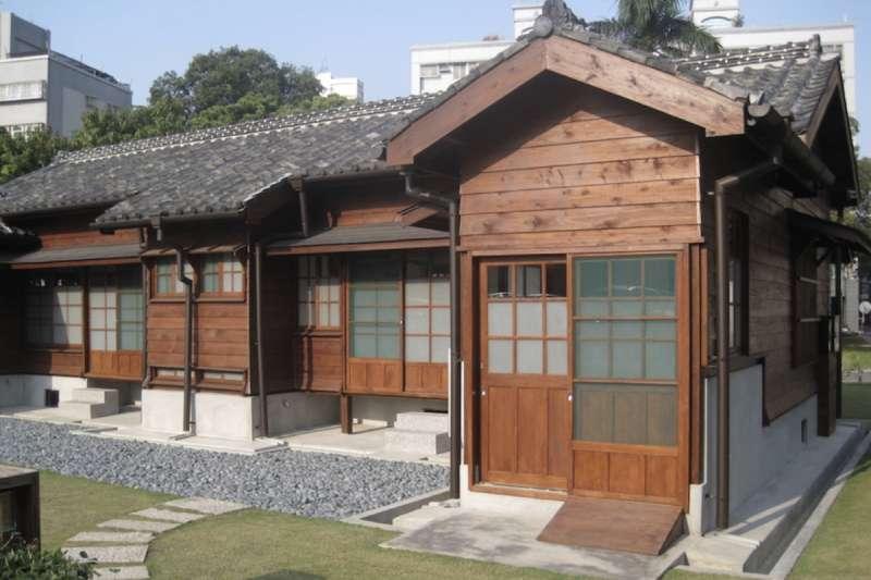 (圖:日治時期為防疫要求要以水泥打造地基並架高建物,圖為台南州立農事試驗場宿舍。來源:Pbdragonwang @ CC BY-SA 3.0)
