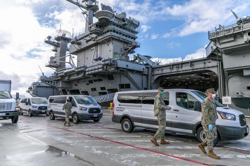 美國太平洋艦隊航母戰鬥群相繼傳出艦上官兵感染武漢肺炎,戰力是否受到影響備受外界關注。圖為羅斯福號停泊在關島的畫面。(翻攝自美國海軍臉書)
