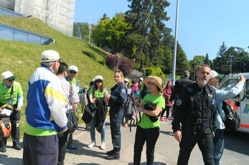 20200410-2018年世界衛生組織舉辦健走,穿著「TAIWAN」T恤的民眾馬上被警方攔截。(宣達團提供)