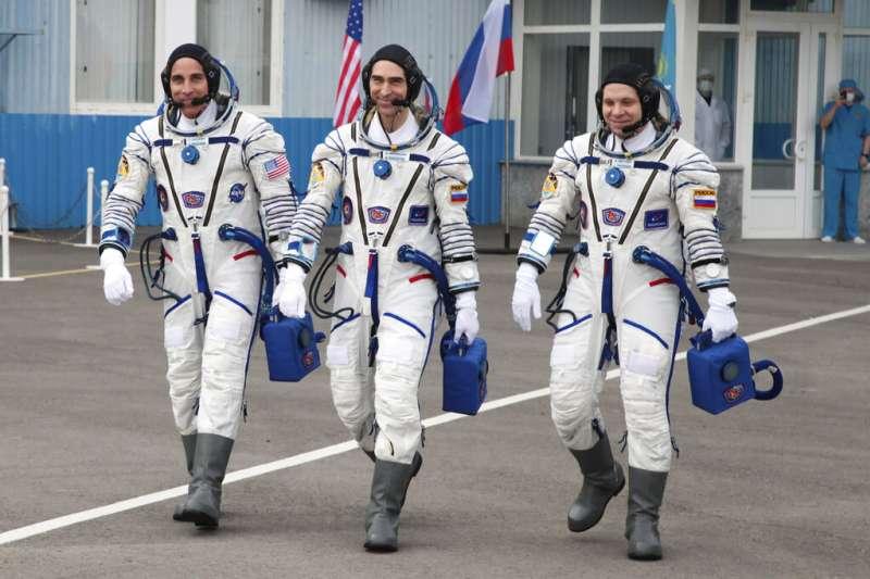 左起為美國太空人卡西迪(Chris Cassidy)及俄羅斯太空人伊凡尼辛(Anatoly Ivanishin)、瓦格納(Ivan Vagner)。(AP)