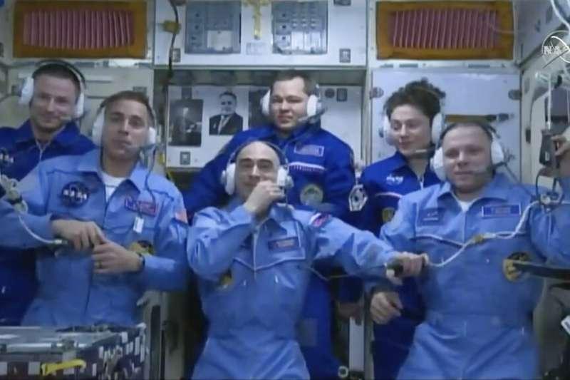 美國NASA、俄羅斯太空總署3名太空人4月9日下午1時05分飛向國際太空站。太空人熱情歡迎新加入的夥伴。(AP)