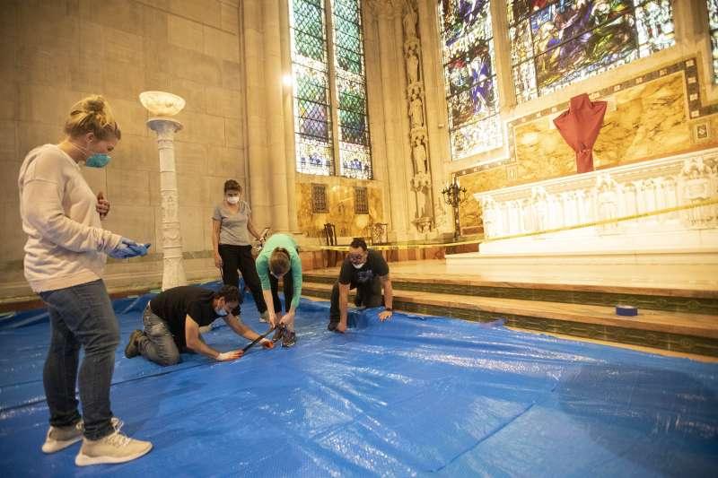 美國慈善機「善普施國際救援組織」在紐約聖約翰大教堂搭建野戰醫院(美聯社)