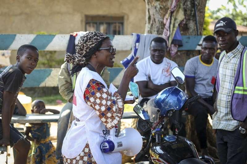 民主剛果再度出現伊波拉病例,原本只差三天就能宣告疫情結束。圖為當地紅十字會講解武漢肺炎大流行。(AP)