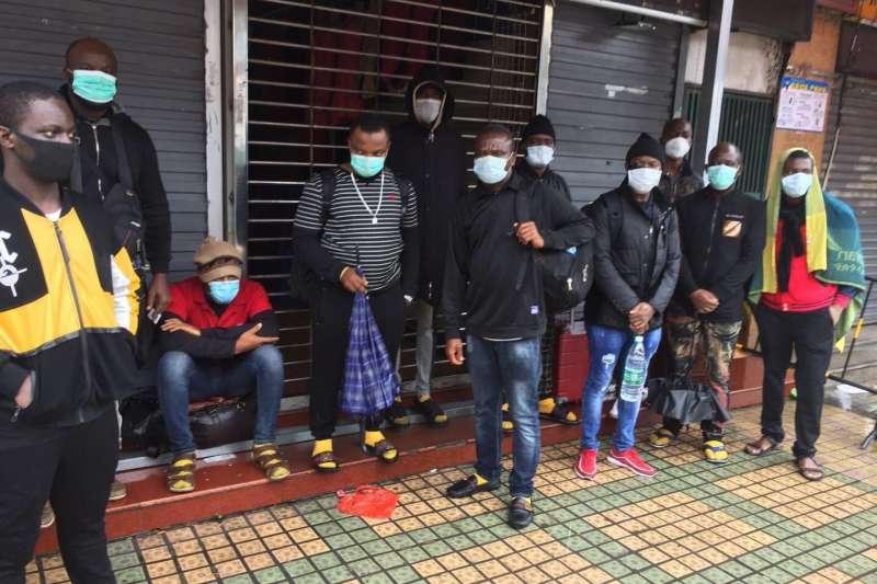 中國近期嚴防新冠肺炎(武漢肺炎)境外輸入案例,疑似引發部分國內民眾仇外情緒,一些旅居廣州的非裔人士面臨流落街頭的困境。(取自推特@Ugaman01)
