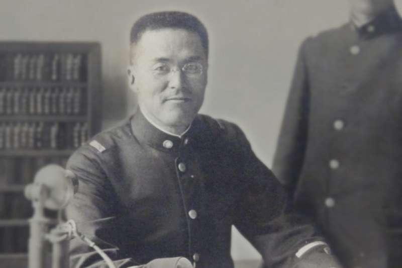 1922年左右,攝於總督府營繕課長室的近藤十郎(圖/作者提供)