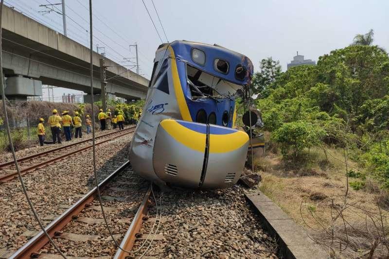 台鐵3198次區間車10日下午於高雄屏山巷平交道,與聯結車發生衝撞,造成前端第6、7、8車出軌。(台灣鐵路局提供)