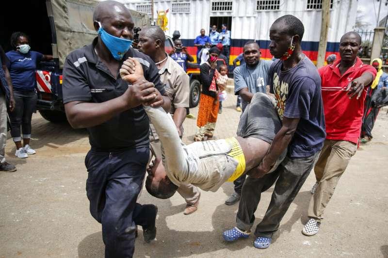 專家警告新冠肺炎(武漢肺炎)將對非洲造成「生存威脅」。肯亞封鎖首都奈洛比,當地民眾爭搶食物配給。(AP)