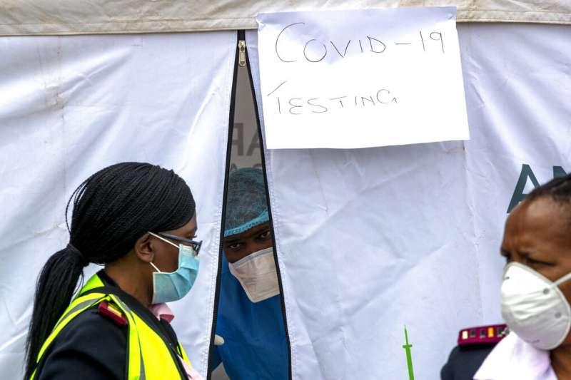 專家警告新冠肺炎(武漢肺炎)將對非洲造成「生存威脅」。南非醫護人員謹慎戒備。(AP)