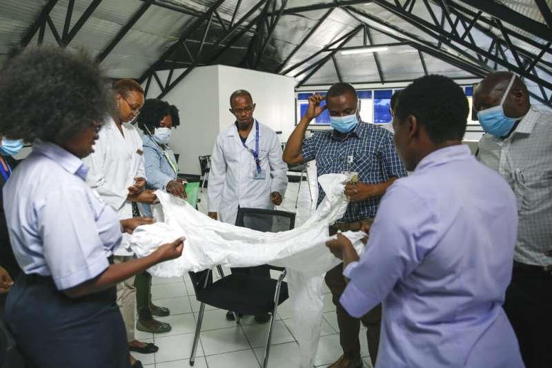 專家警告新冠肺炎(武漢肺炎)將對非洲造成「生存威脅」。肯亞醫護人員謹慎戒備。(AP)