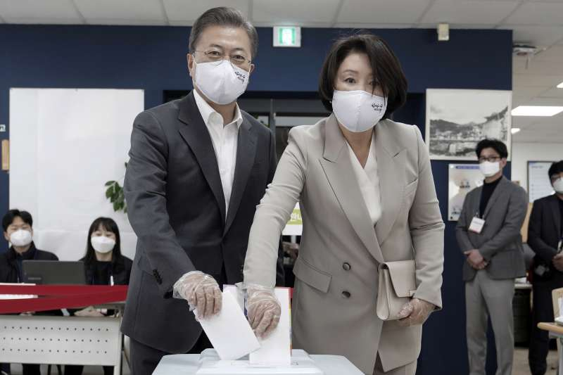 文在寅(左)與夫人(右)一起提前投票,他領導的共同民主黨在這次選舉大勝。(AP)