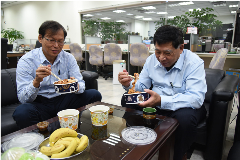 為減少疫情對餐飲小吃業者衝擊,南投縣府縣長陳正昇(圖右)連吃三星期外送中餐。(圖/南投縣政府提供)