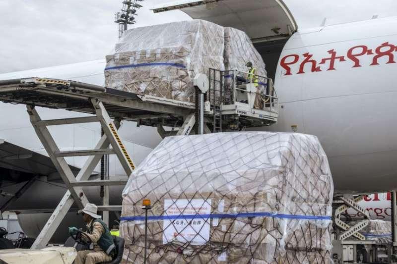 中國運往衣索比亞包括口罩、試劑盒和防護用品在內的600萬件抗疫物資抵達阿迪斯阿貝巴機場。(美聯社)