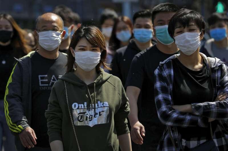 雖然中國陸續解封復工,但北京的民眾依舊口罩戴好戴滿,絲毫不敢大意。(美聯社)