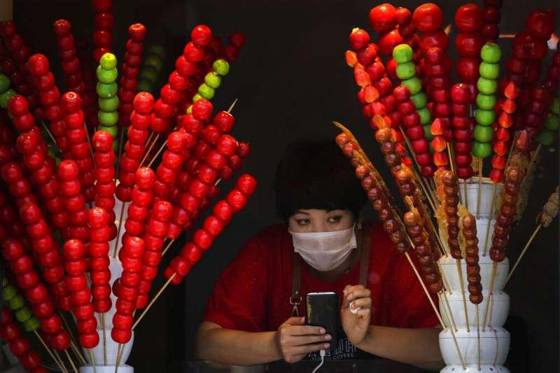 北京的糖葫蘆小販。(美聯社)
