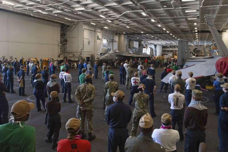 美軍「羅斯福號」的水兵們正在聆聽副艦長回答隔離與檢疫的問題。(美聯社)