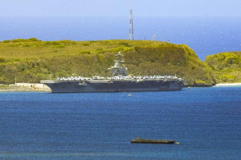 停靠關島的「羅斯福號」航母。(美聯社)