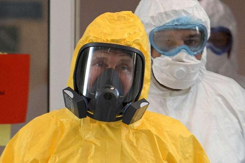 俄羅斯總統普京3月24日穿上防護衣,在莫斯科郊區親自視察的收治新冠肺炎病患的醫院。(美聯社)