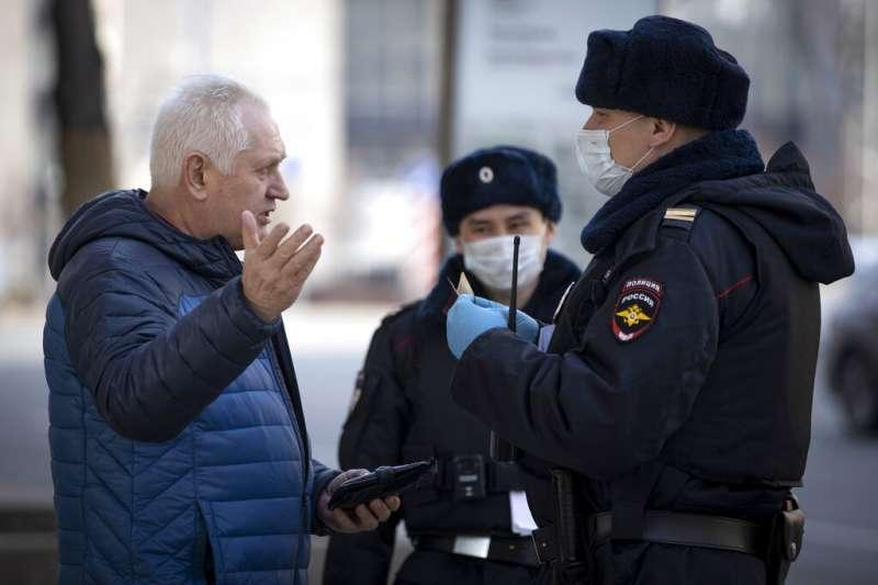 莫斯科警察正在檢查外出市民的證件。(美聯社)