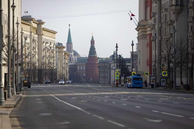 莫斯科封城後,通往紅場的要道上幾乎看不到任何人。(美聯社)