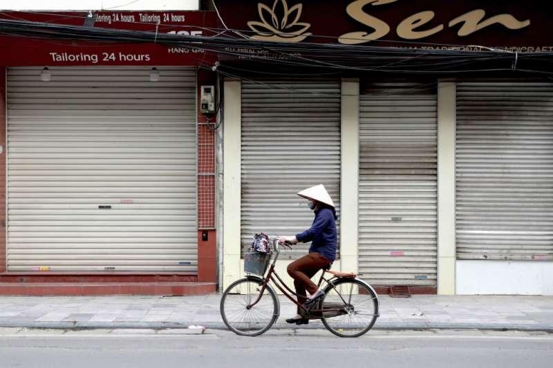 越南自4月1日零時起實施15天的「社會隔離」政策,許多小型企業關閉,成千上萬的人沒了工作,生計陷入困難。(美聯社)