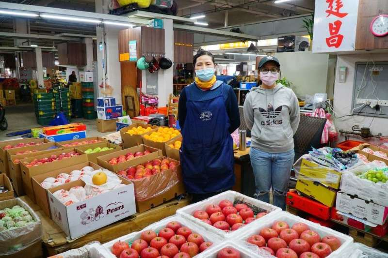 批發市場人員配戴口罩防堵疫情發生。(圖/新北市農業局提供)