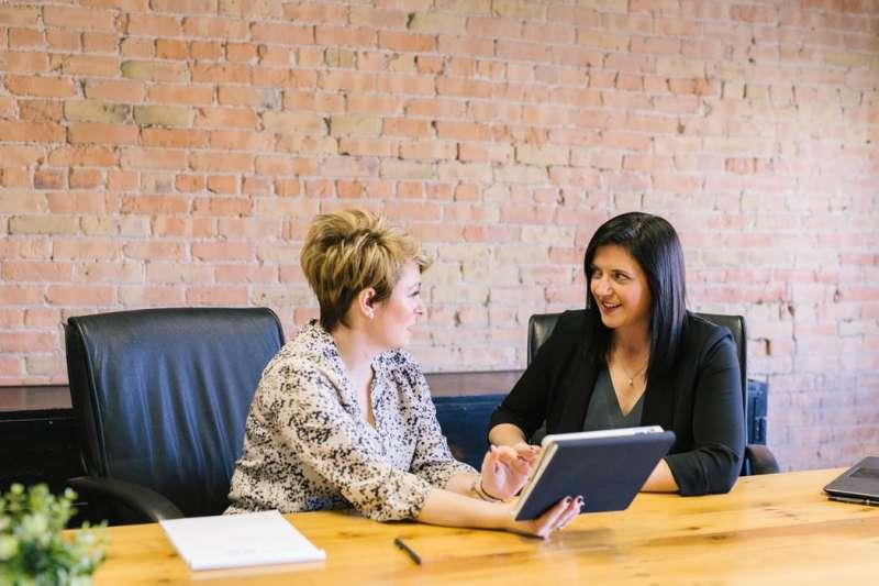 員工性別若受到女性主管的批評,相較於男性主管,呈現較低的接受度與較多的抱怨。(圖片取自Unsplash)