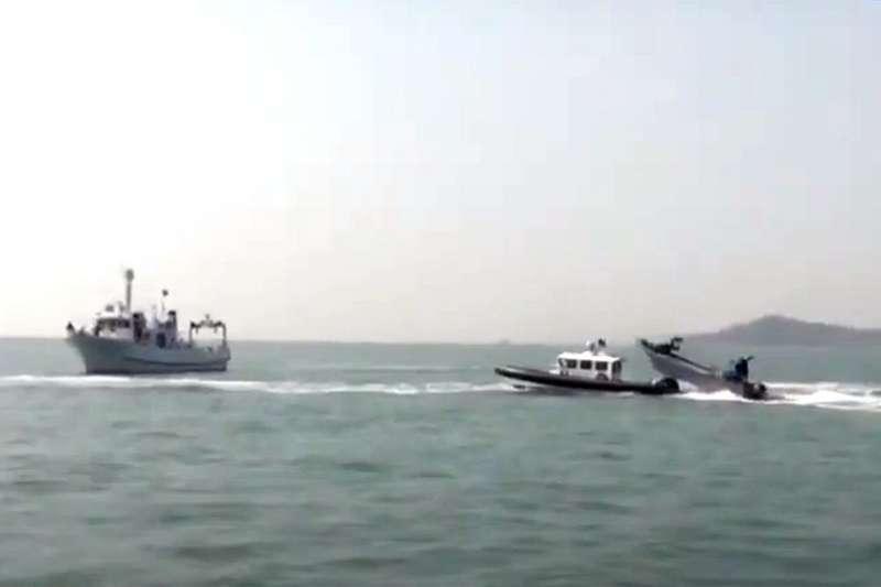 金門海巡隊船舶(中),遭受中國漁船(右)攻擊。(翻攝自YouTube)