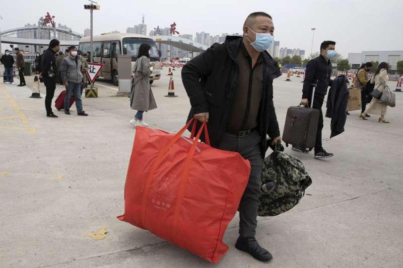 解封後的武漢恢復對外陸空運輸,離漢人員憑健康「綠碼」開始流動。(美聯社)