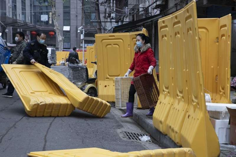 武漢城區持續以黃色隔離帶進行分區管控,店家生意未有起色。(美聯社)